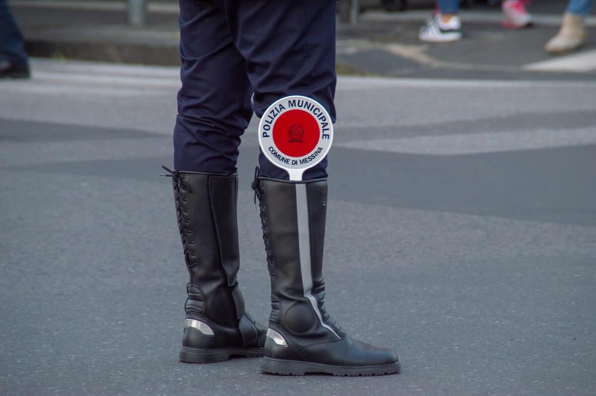 Italia dal 7 gennaio - Gambe di vigile con paletta rossa dentro lo stivale