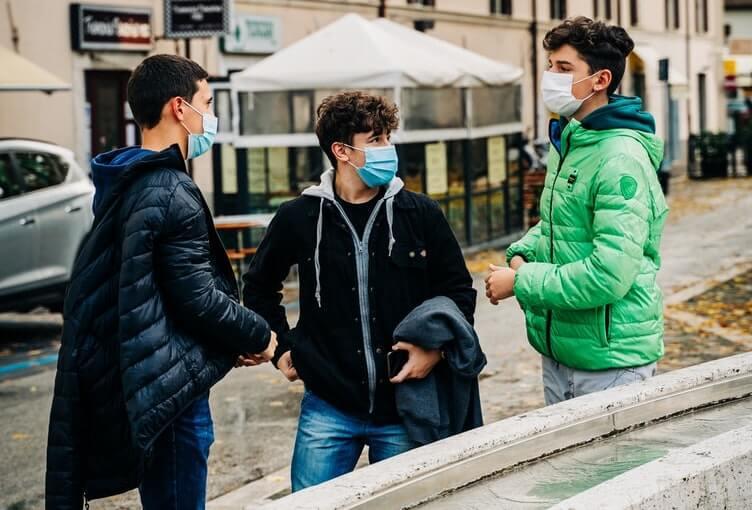 colori delle regioni in Italia - Tre ragazzi con la mascherina