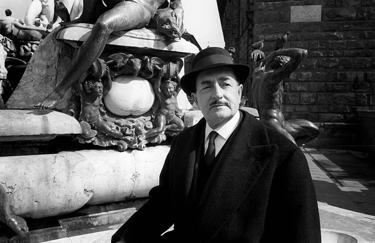 Salvatore Quasimodo appoggiato ad una fontana