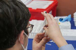 Ritardo dei vaccini - Medico prepara dose vaccino contro il Covid-19