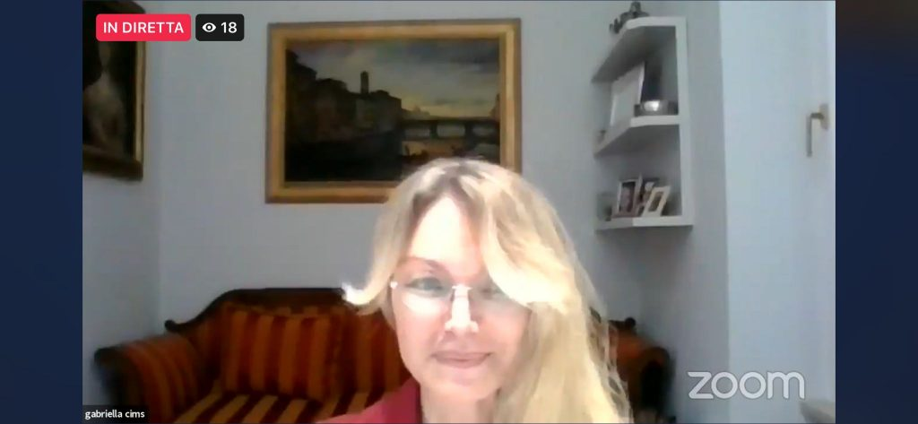 Gabriella Cims durante la diretta del caffè letterario