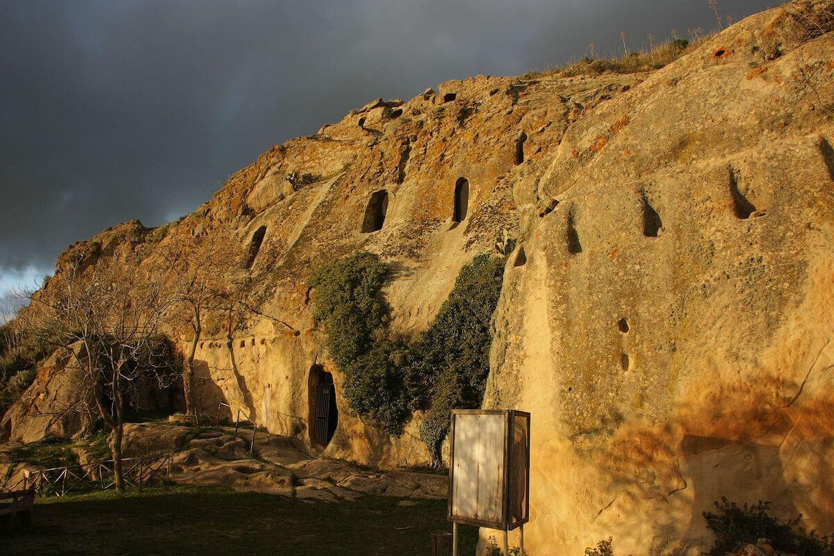Esterno Grotte della Gurfa
