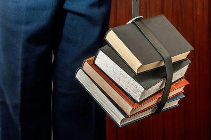 Maturità 2021 - libri tenuti sospesi da una cinghia