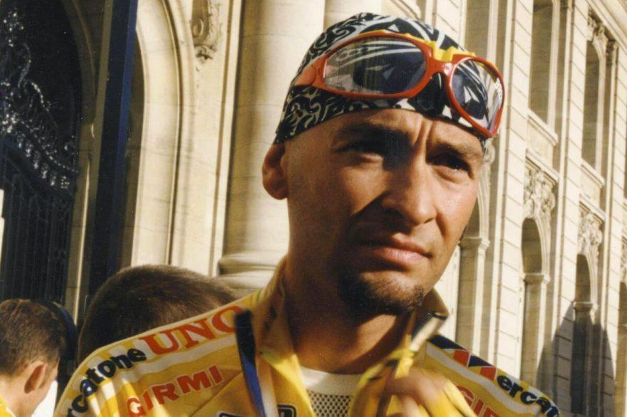 Marco Pantani - Pantani con la maglia gialla e la bandana blu