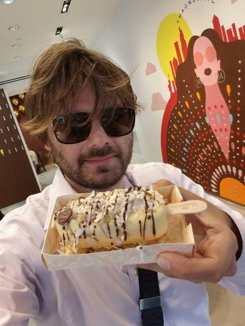 Piero Armenti che mostra un gelato Magnum.