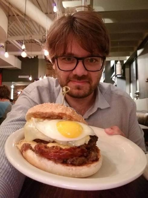 A New York con Piero Armenti con in mano un mega panino americano.