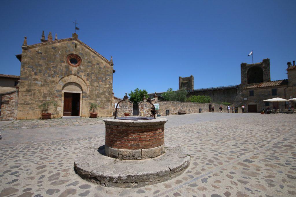 Monteriggioni, il pozzo al centro della piazza