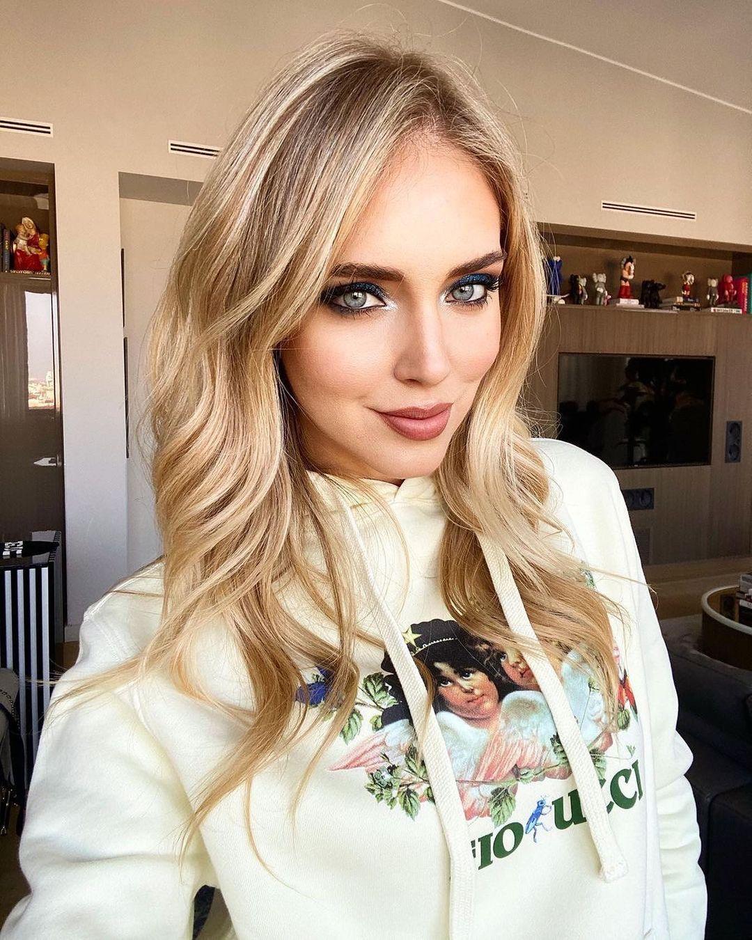 elio fiorucci - chiara ferragni con maglione con scritta fiorucci