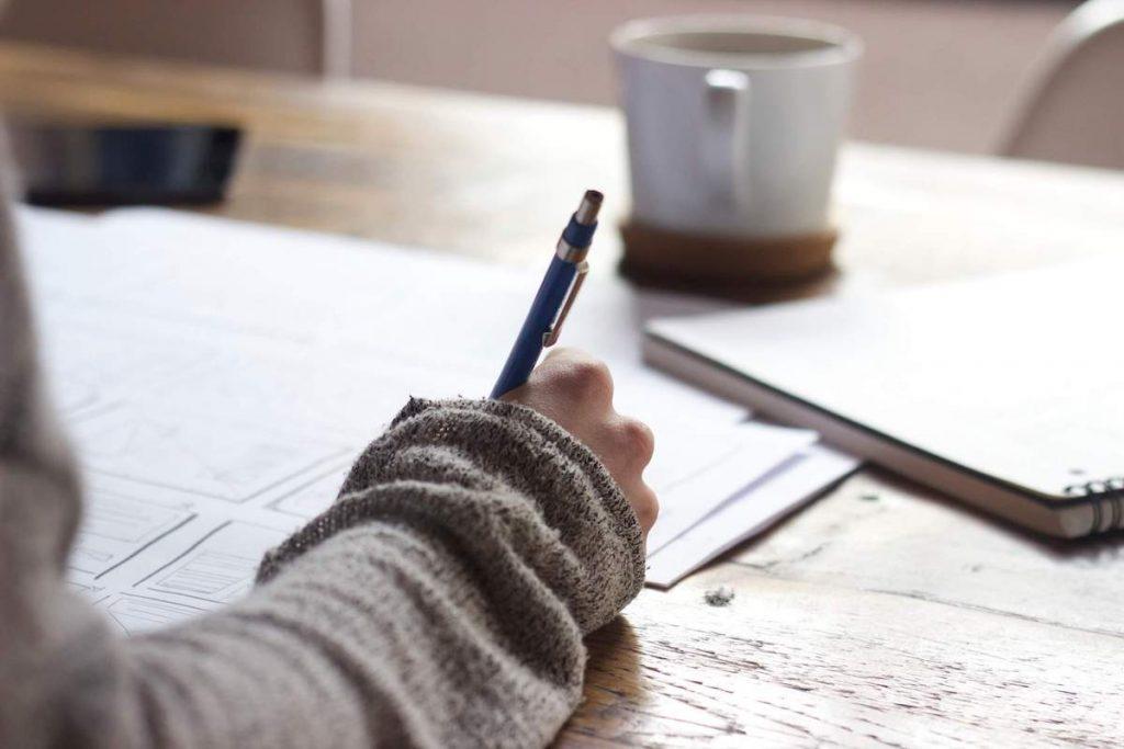 maturità 2021 - studente che studia per un esame scritto