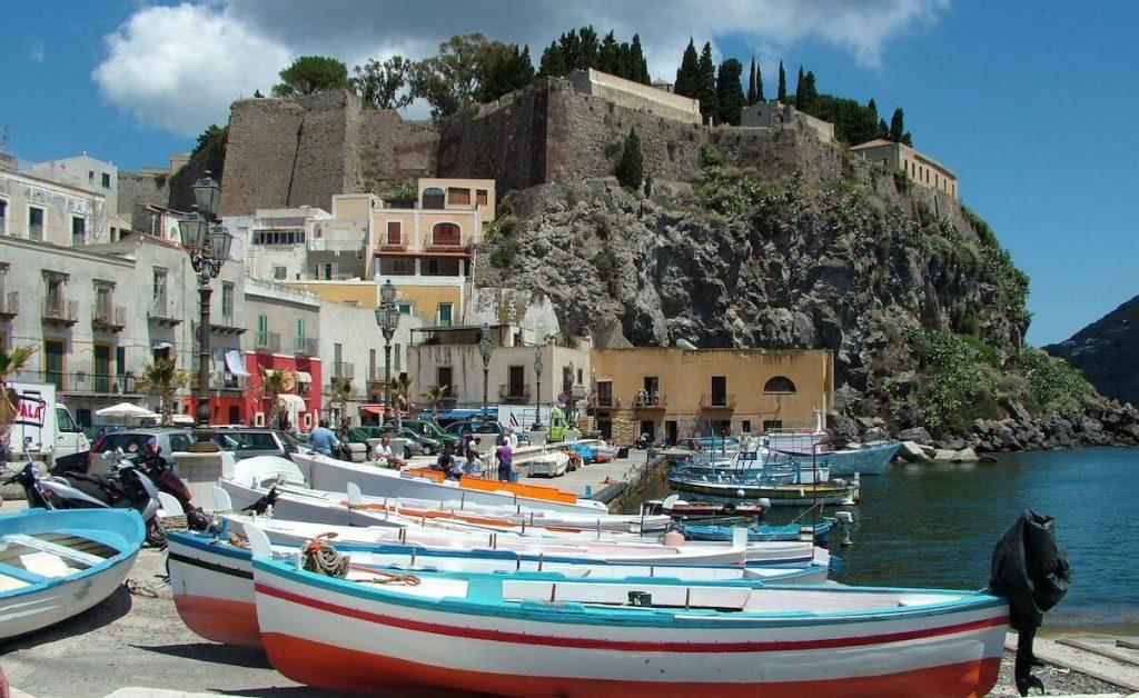 Vista del castello di Lipari dal porto