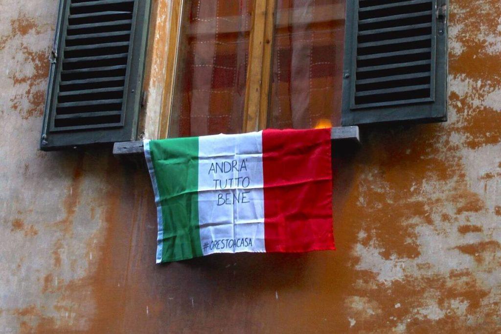 """Primo lockdown in Italia - Bandiera italiana """"Andrà tutto bene"""""""