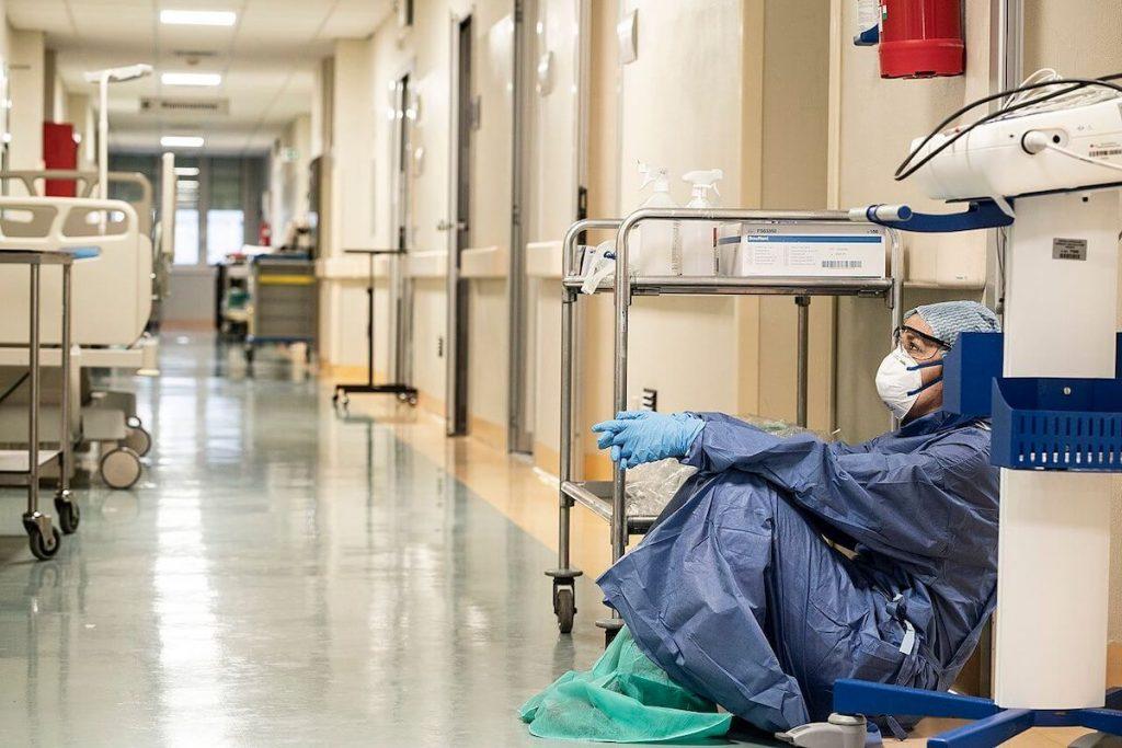 Primo lockdown in Italia - la dottoressa Annalisa Silvestri seduta a terra in una corsia dell'ospedale durante la pandemia da Covid-19