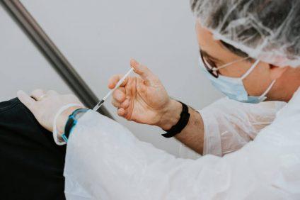 vaccinare l'80% degli italiani entro settembre - dottoressa vaccina paziente