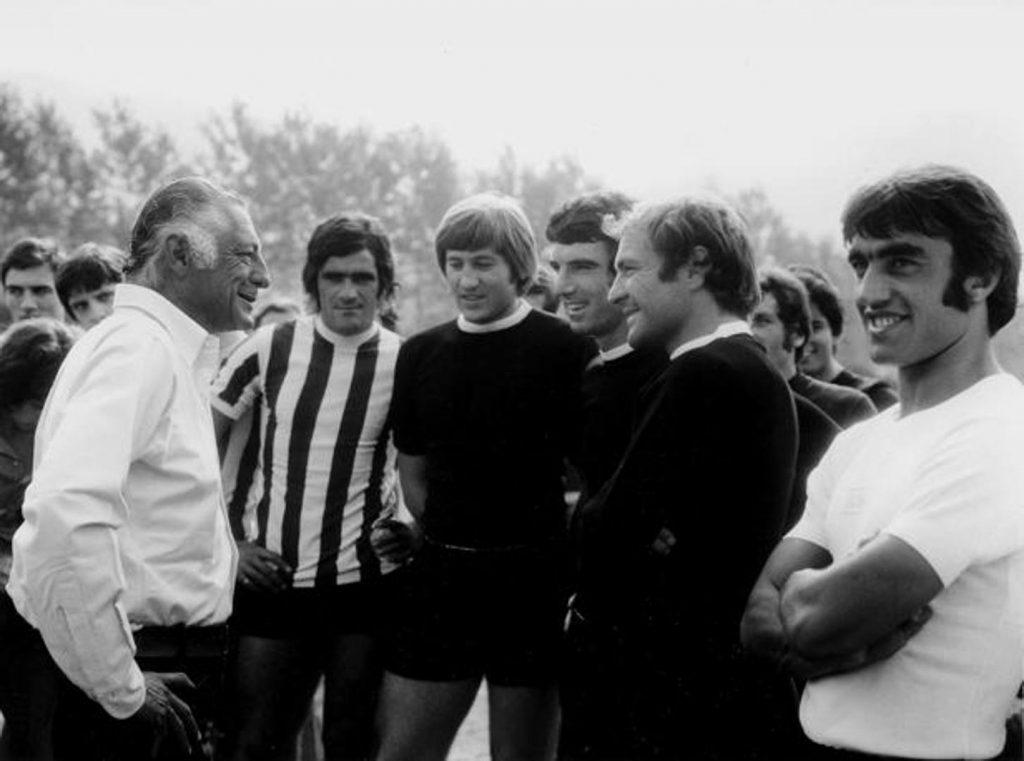 Gianni Agnelli con alcuni giocatori della Juventus