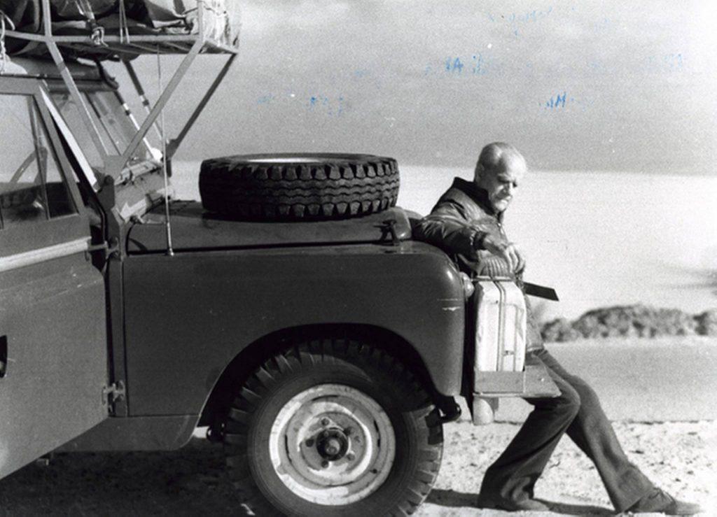 Alberto Moravia vicino ad una macchina
