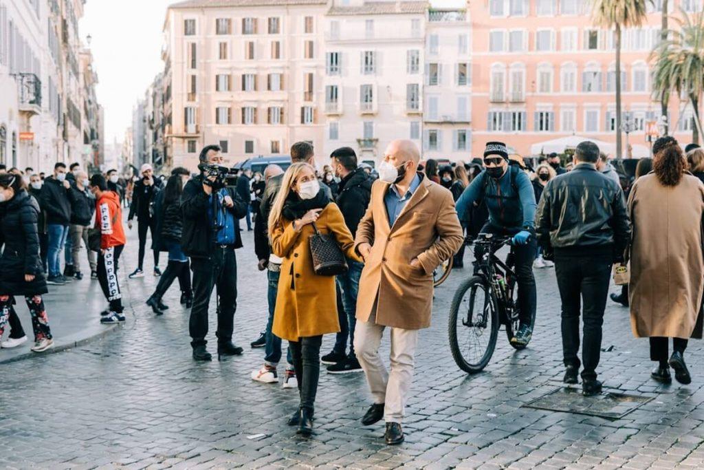 pass per spostarsi tra regioni - ragazzi in piazza con mascherina