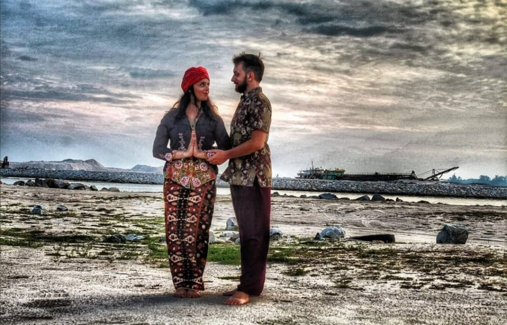 Deborah e Riccardo su una spiaggia indiana