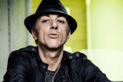 Neffa con cappello e giacca nera