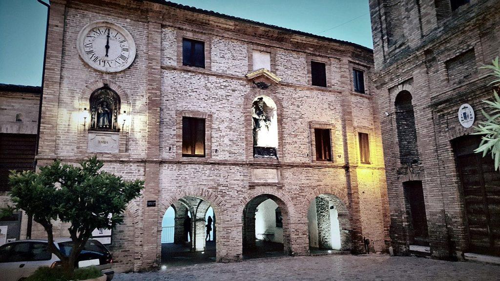 Piazza Peretti paese alto di Grottammare