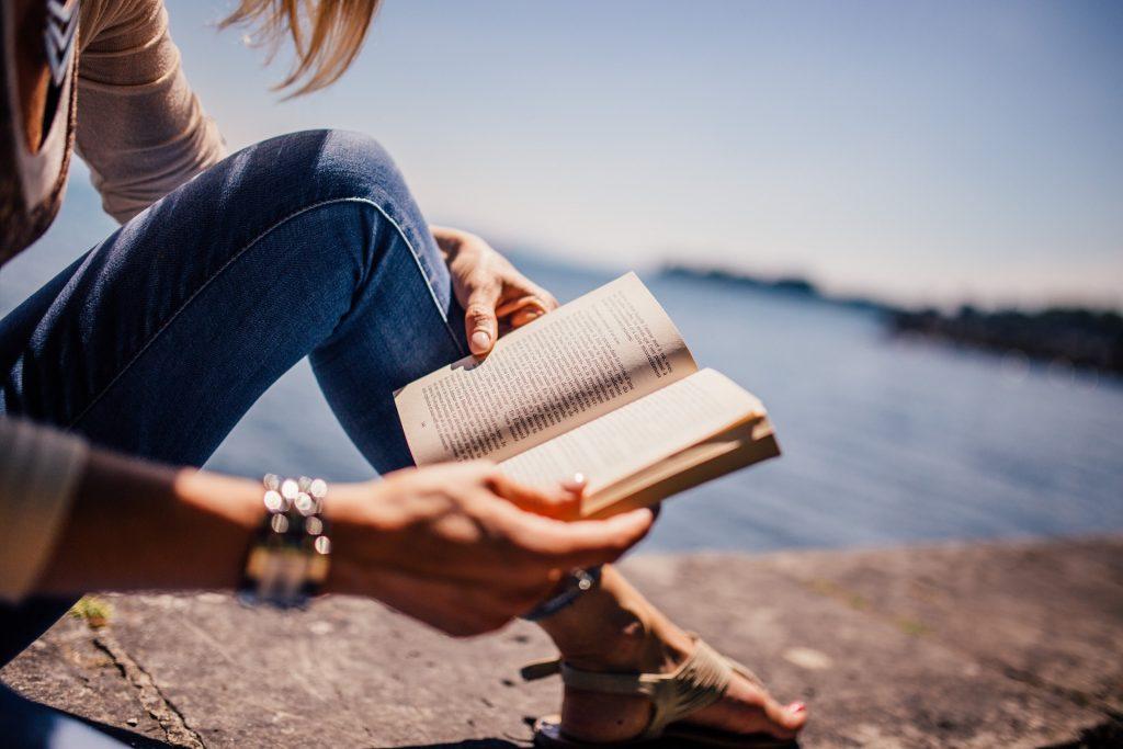 Giornata mondiale del libro - ragazza che legge un libro