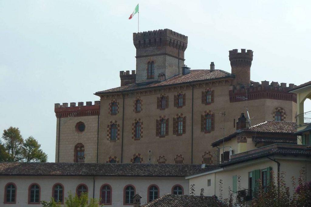 Castello di Barolo - Vista del Castello con bandiera italiana