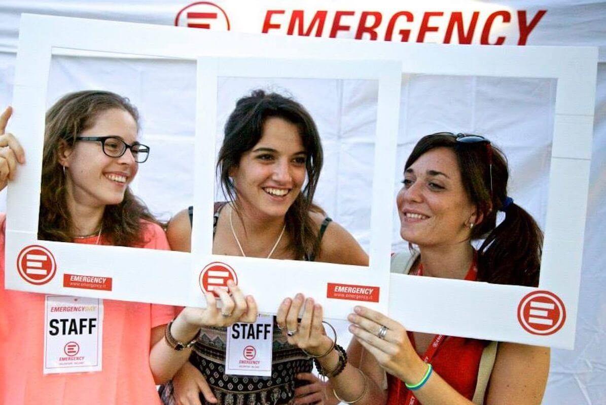 Emergency - attiviste di Emergency posano per una foto