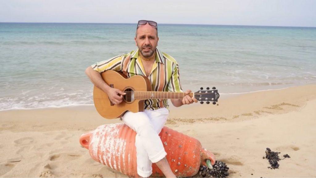 La Vacinada - Checco Zalone intona la sua hit su una spiaggia del Salento