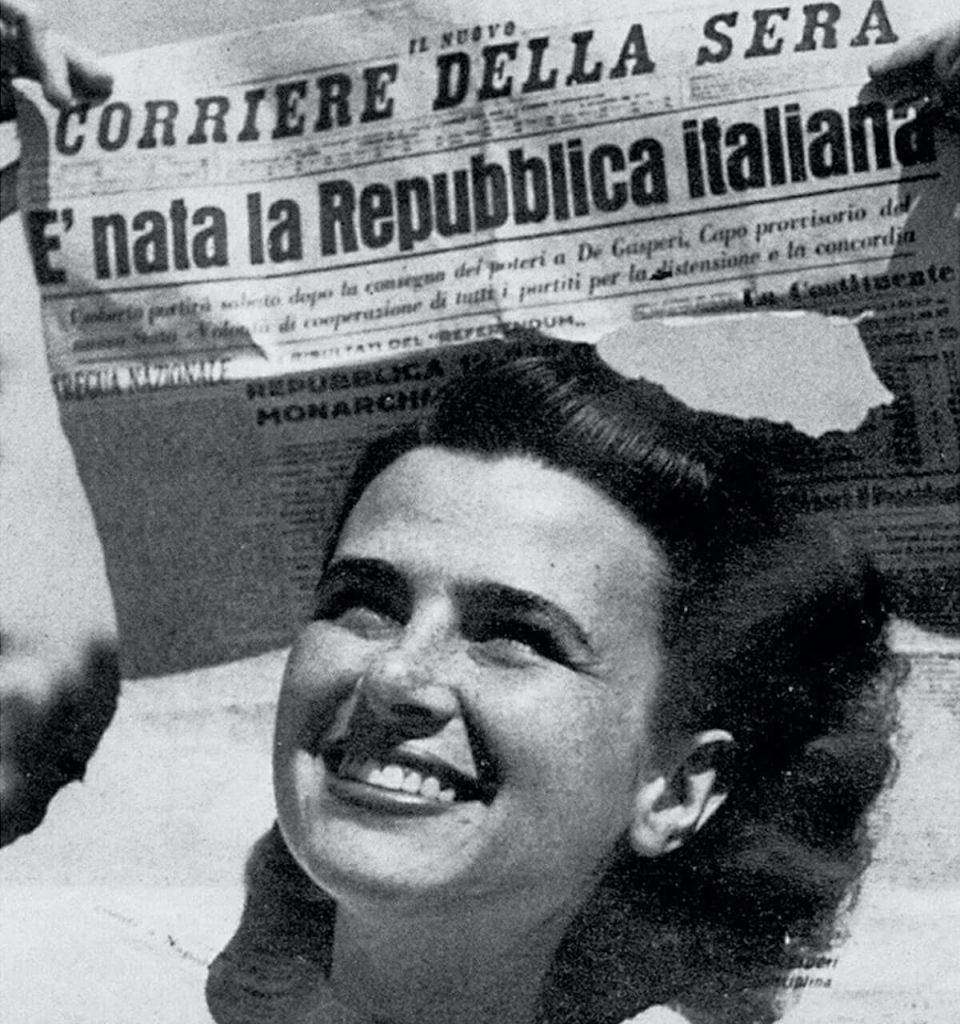 Festa della Repubblica - Anna Iberti con la prima pagina del Corriere della Sera 2 giugno 1046 fotografata da Federico Patellani