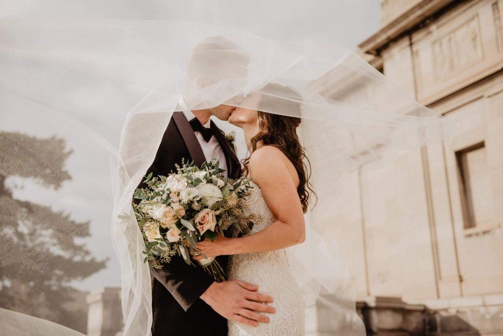 matrimoni 2021 - sposi che si baciano
