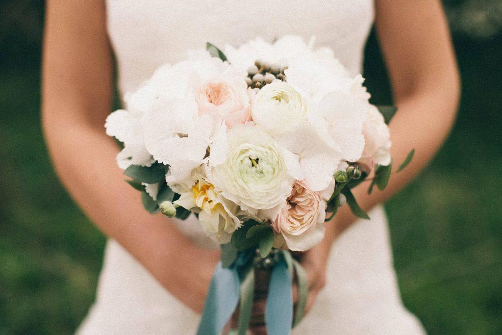 Matrimoni 2021 - sposa tiene in mano un bouquet di fiori
