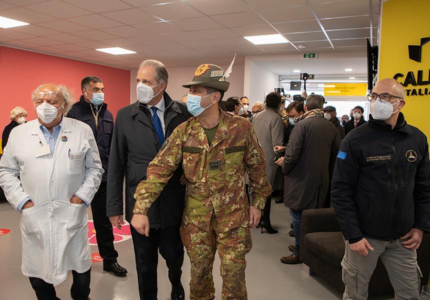 vaccinazioni over 50 - Il generale Figliuolo in visita ad un hub vaccinale ( Foto governo.it)