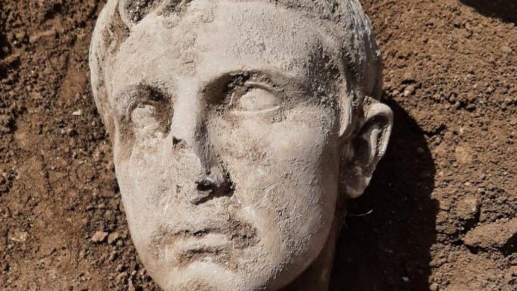 isernia - testa di marmo che raffigura l'imperatore Augusto