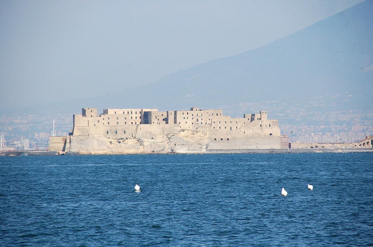 Castel dell'Ovo, vista dal mare - Napoli