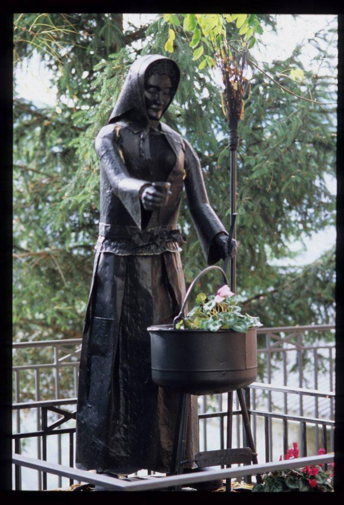 Statua della strega a Triora