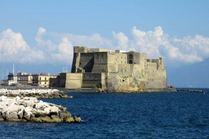 Vista dal mare del Castel dell'Ovo