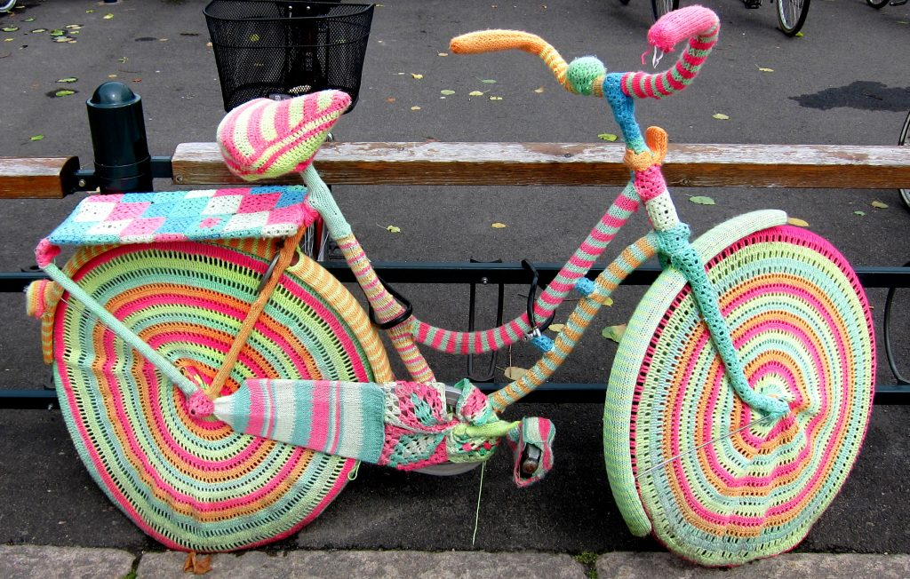 bicicletta rivestita con lo Yarn Bombing