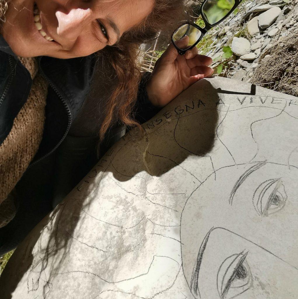 Eleonora Albanese con una sua creazione