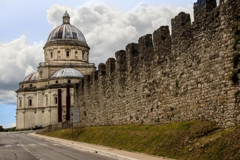 Todi città medievale - le mura di todi