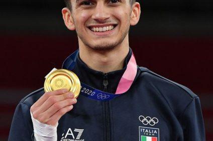 Tokyo 2020 - l'atleta mostra la medaglia