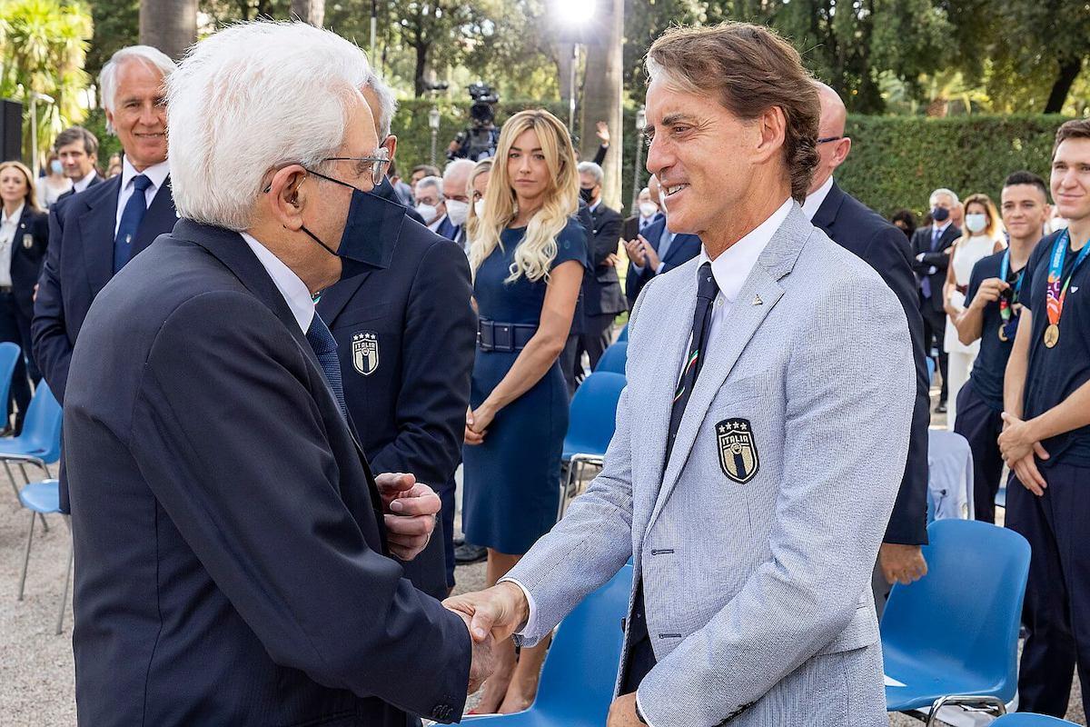 onorificenze agli azzurri - Sergio Mattarella stringe la mano al CT della Nazionale Roberto Mancini