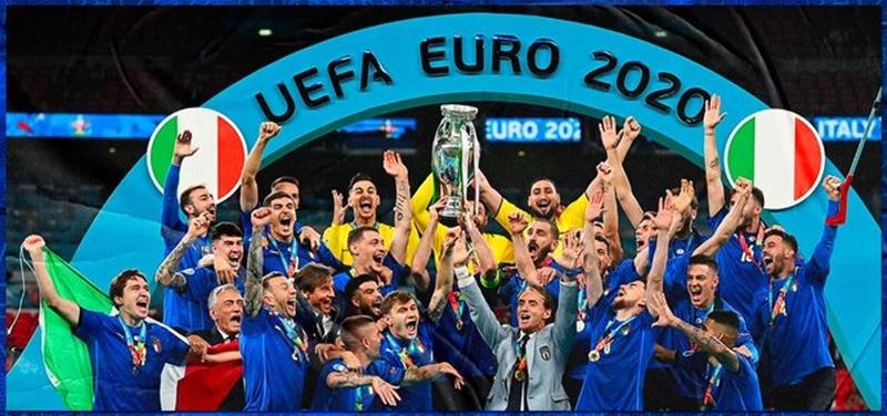 Azzurri Campi0oni d'Europa - la squadra solleva la coppa