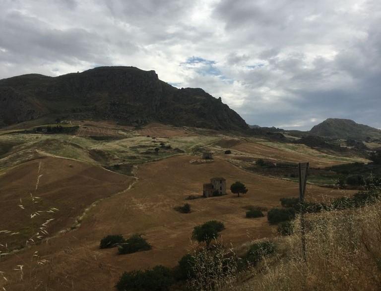 veduta delle colline intorno a Sant'Angelo Muxaro
