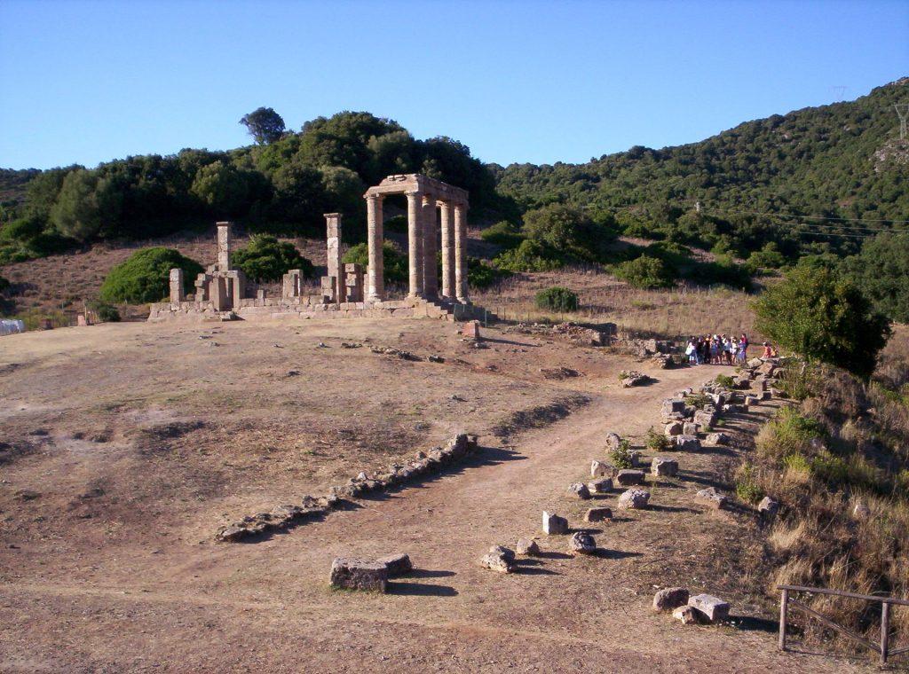 Tempio di Antas - Antistanti le gradinate del tempio romano vi sono i resti del precedente tempio punico, dedicato al dio punico Sid Addir.