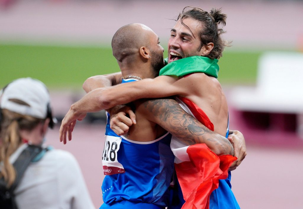 Marcell Jacobs mentre l'abbraccia Gianmarco Tamberi