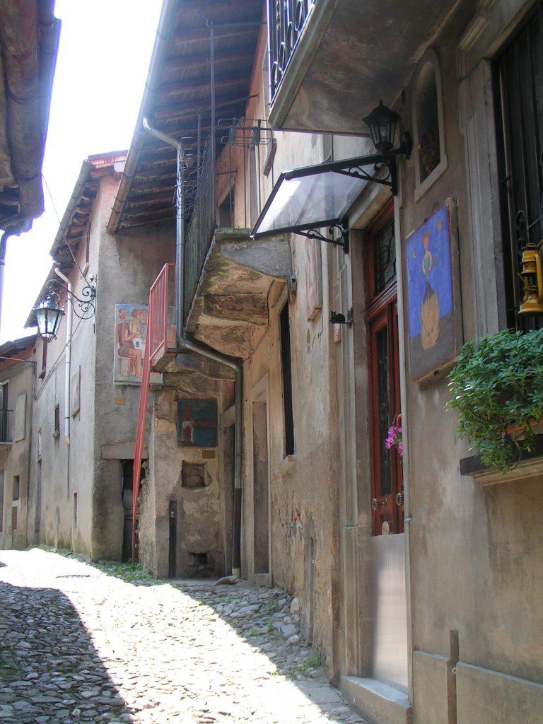 """Arcumeggia - Una via di Arcumeggia, detta """"Via degli Allievi"""" perché vi sono esposte le opere degli allievi delle Accademie di Belle Arti"""
