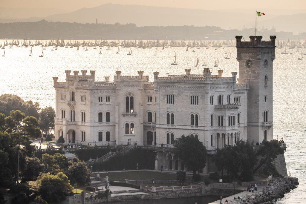Barcolana e castello di Miramare