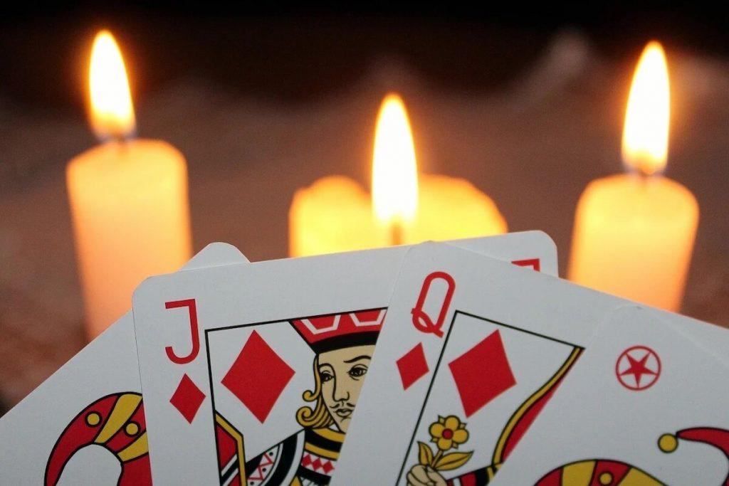 Modi di dire della lingua italiana - Carte da gioco francesi e tre candele accese