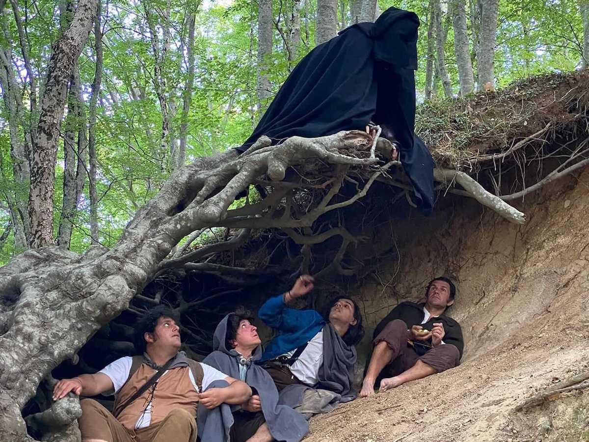 La Compagnia dell'Anello in Italia - Nicolas Gentile e gli altri hobbit ripropongono una scena del film di Peter Jackson