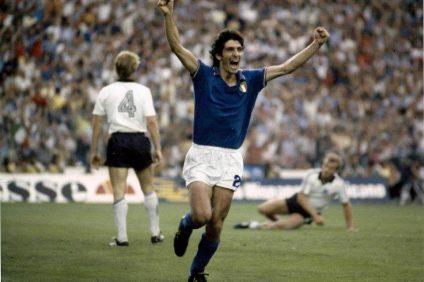 Paolo Rossi esulta con le braccia al cielo