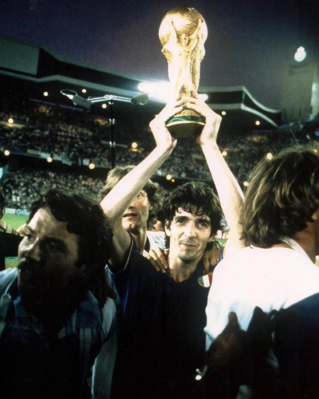 Paolo Rossi alza la Coppa del Mondo 1982 al cielo